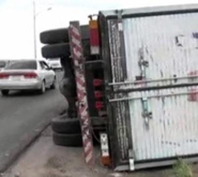 Camión vuelca tras huir de control aduanero
