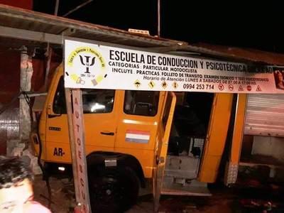 Carro de bomberos destroza un local en Maka'í •