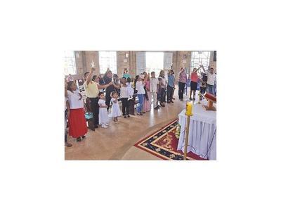 Con un bautismo comunitario celebran el Día de los Reyes
