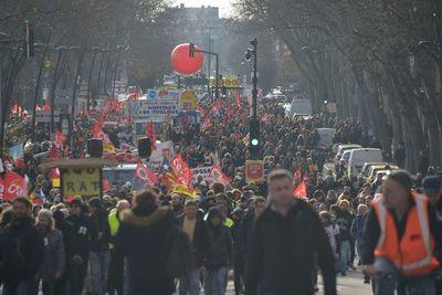 Los franceses se dan cita en las calles para frenar la reforma de las pensiones de Macron