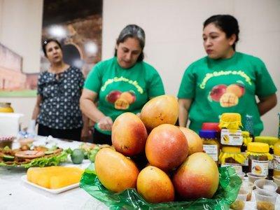 Mujeres reinventan platos tradicionales con el poco querido mango