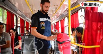 Instalan basureros en buses para evitar que usuarios arrojen desechos por las ventanillas
