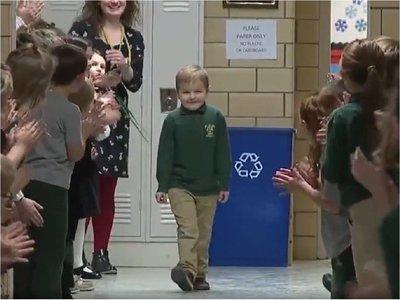 Escuela recibe con aplausos a niño que venció la leucemia