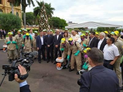Presidente promete 500 funcionarios más en IPS para el combate al dengue