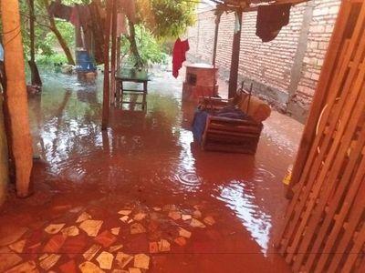 Varias familias de Ybycuí afectadas por inundación debido a obras irregulares, denuncian