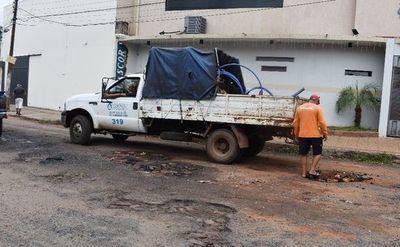 Hartos  de la pérdida de agua y calles destrozadas