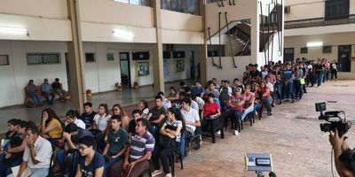Más de 500 desempleados acuden a convocatoria de Enrique López