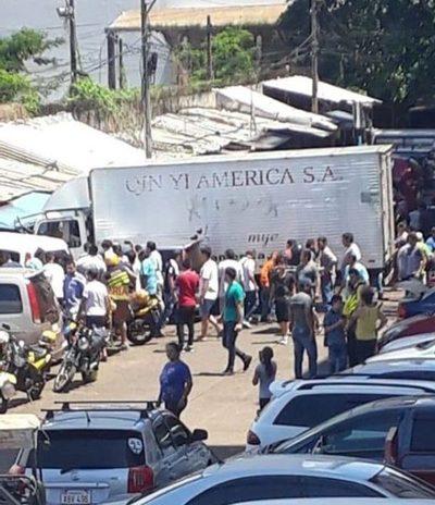 Camión pierde control y se lleva por delante varios vehículos