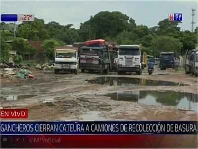Gancheros impiden ingreso de camiones recolectores a Cateura