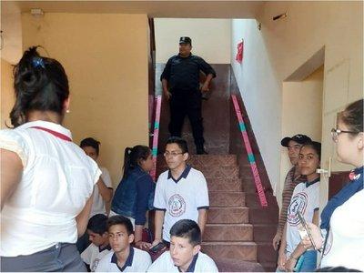 Estudiantes toman Municipalidad de Mayor Otaño exigiendo intervención de la Comuna