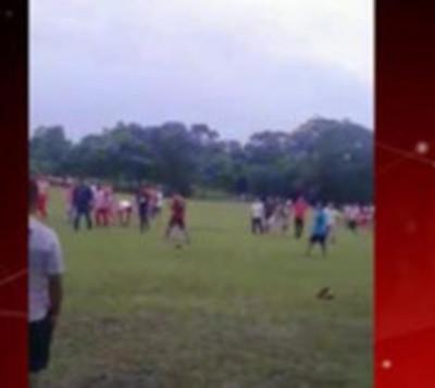 Jugadores de fútbol se atacan a golpes en torneo en Repatriación