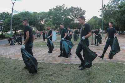 Policías se suman a la lucha contra el dengue limpiando calles y plazas de Asunción