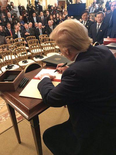 "EEUU y China firman ""trascendental"" acuerdo comercial"