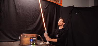  VIDEO  Construyen la primera réplica de un sable de Star Wars real capaz de cortar objetos
