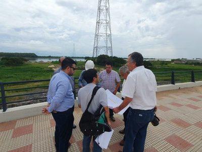 Técnicos fiscalizan zona de obras para el puente