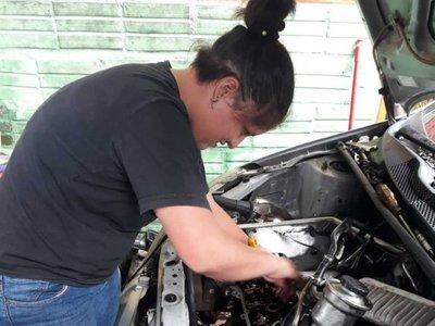Jovencita valé de 17  años trabaja  arreglando autos