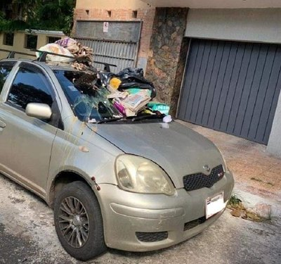 Harto de que estacionen frente a su garage, lanzó su basura contra auto