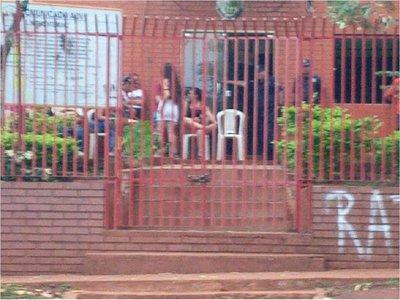 Piden auxilio estudiantes atrincherados en Municipalidad de Mayor Otaño