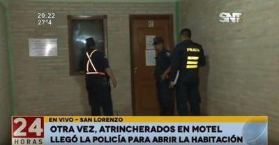 Policía saca de motel a pareja luego de días de haber ingresado a habitación