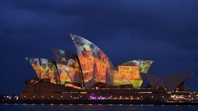 Ópera de Sydney se iluminó con fotos de personas que lucharon contra el incendio en Australia