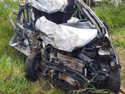 Choque frontal entre un camión y un automóvil deja una joven fallecida