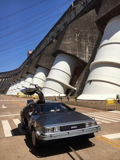 """La máquina del tiempo de """"Regreso al Futuro"""" en Itaipú Una ´re´lica"""