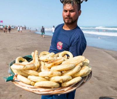 Vendedor de chipa sin gluten causa furor en Pinamar