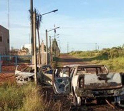 Encuentran vehículos quemados y los vinculan con fuga masiva