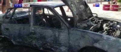 Quería cargar combustible y terminó con el automóvil en llamas