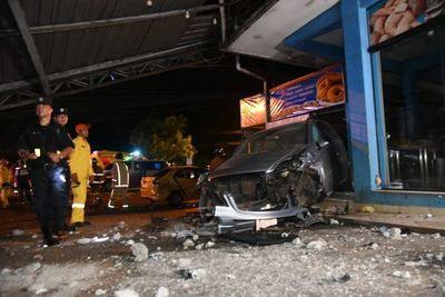 Aparatoso accidente de tránsito con múltiples destrozos, pero heridos fuera de peligro