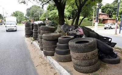 Cubiertas son depositadas en avenidas, denuncian vecinos