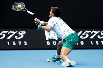 Djokovic sigue a paso firme en el Abierto de Australia