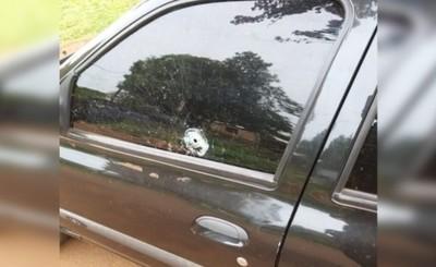 Mujer encuentra su vehículo baleado y teme por su vida
