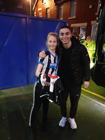 Miguel Almirón sorprendió a una niña fanática del Newcastle United