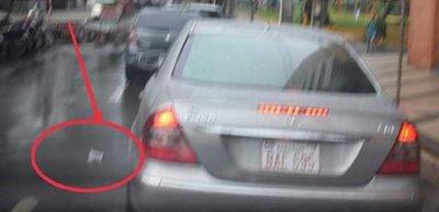 Multan a conductor que lanzó su basura desde automóvil