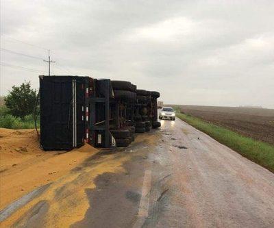 Vuelca camión repleto de granos