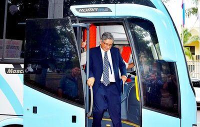 Gobernador presenta bus comprado a precio de oro