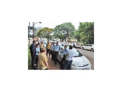 CDE: Taxistas van a la caza de coches de Muv y Uber