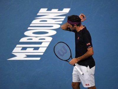 Roger Federer suda, pero logra su victoria 100 en Melbourne