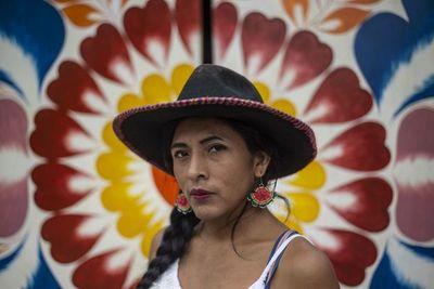"""En Perú """"te educan para la vergüenza"""", se queja candidata indígena transexual"""