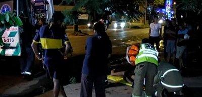 Dos heridos tras choque entre camioneta y motocicleta