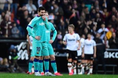 Valencia sorprende al Barcelona de Messi