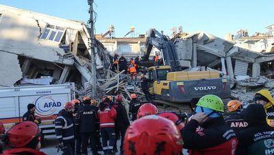 Socorristas turcos luchan para hallar supervivientes tras sismo