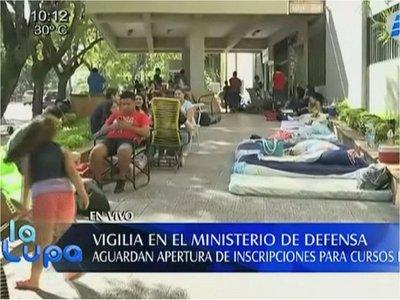 Jóvenes realizan vigilia para estudiar inglés en Ministerio de Defensa