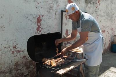 """Un reo que busca reinsertarse vendiendo """"asadito"""" en Tacumbú"""