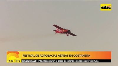 Festival de acrobacias aéreas en costanera