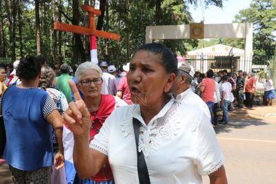 Adultos mayores reclaman pensión frente a la Gobernación de Alto Paraná