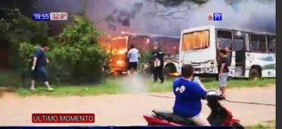 Parada de bus arde en llamas en Mariano Roque Alonso