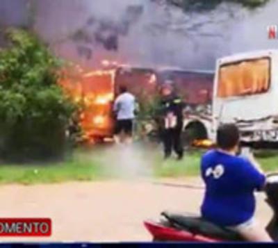 15 colectivos arden en llamas en Mariano Roque Alonso