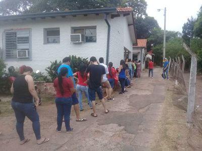 IPS de San Antonio sigue filas de enfermos expuestos al sol y los mosquitos